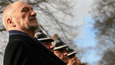 Minister obrony w rządzie PiS Antoni Macierewicz i wojskowi podczas Narodowego Dnia Żołnierzy Wyklętych. Powązki, Warszawa, 1 marca 2017