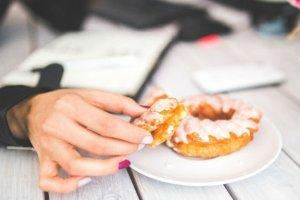 5 skutecznych sposobów na walkę z podjadaniem słodyczy