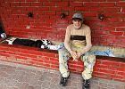Bezdomni zajęli zdroje. Myją się w studni z wodą pitną
