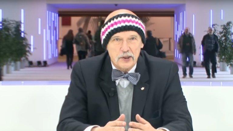 Janusz Korwin-Mikke w opasce na głowie podczas swojego wystąpienia w PE