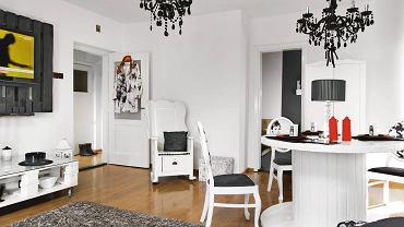 Czarno-białą kolorystykę wybrała Aneta. W domu chce bowiem odpocząć od żywych barw, z którymi ma do czynienia w pracy (prowadzi firmę Folk Design projektującą ubrania inspirowane strojami podhalańskimi).