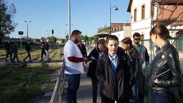 Zbiórka podpisów pod petycją na stacji w Kartuazach