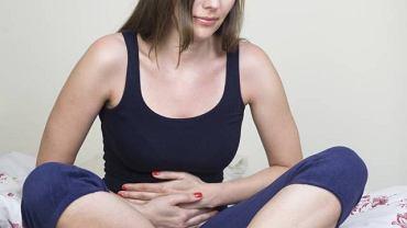 Przepuklina kresy białej najczęściej objawia się bólem w nadbrzuszu. Czasem zdarza się, że przepuklina pojawia się po dużym wysiłku fizycznym lub jest powikłaniem po operacji
