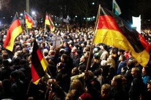 """Demonstracje w Dre�nie. """"Muzu�manie chc� nas zainfekowa�..."""" [ZDJ�CIA]"""
