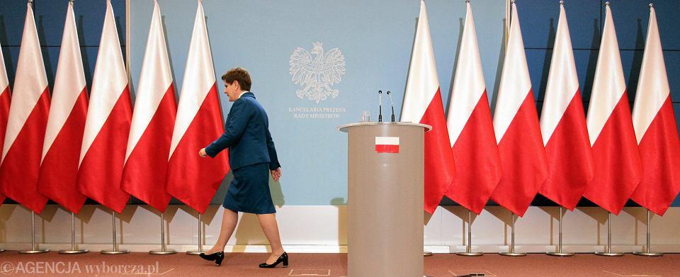 Premier Beata Szydło podczas konferencji prasowej po zakończeniu pierwszego roboczego posiedzenia rządu PiS.
