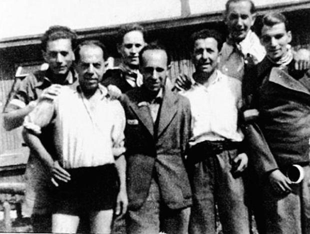 Więźniowie fałszerze po wyzwoleniu przez Amerykanów, 6 maja 1945 r. W pierwszym rzędzie od lewej: Salomon Smolianoff, Ernst Gottlieb, NN i Max Groen. W drugim rzędzie od lewej: Adolf Burger, NN i Andries Bosboom.