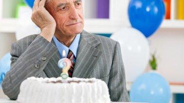 Choroba Alzheimera odbiera nam pamięć po cichu, aż pewnego dnia przypomnienie sobie, jaki jest rok czy ile mamy lat, staje się wyzwaniem. Niestety, źle też rokuje na przyszłość. Zaawansowana choroba zabija