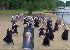 Dlaczego zakonnice tańczą na plaży? FILM, który wszystko wyjaśnia