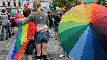 Prokuratura sprawdza, ile wrocławskich gejów i lesbijek próbowało złożyć w urzędach stanu cywilnego akty małżeństw zawartych za granicą z osobami tej samej płci. N/z. Marsz równości