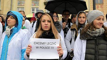 Białostocka pikieta studentów Uniwersytetu Medycznego była aktem solidarności z  lekarzami rezydentami, którzy od 2 października prowadzą strajk głodowy