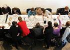 Haft okupacyjny. Kobiety wyszywają w Bunkrze Sztuki wielki transparent [ZDJĘCIA I WIDEO]