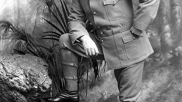 Arthur Conan Doyle jedzie do Południowej Afryki i pisze książkę o krwawych walkach z kolonistami. Po powrocie gra w krykieta i w piłkę, angażuje się politycznie (bez sukcesów) i próbuje sił jako adwokat, broniąc skazanych w wyniku pomyłki sądowej lub błędów w śledztwie