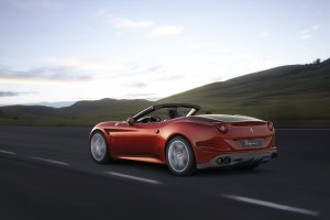 Wideo | Ferrari California T na pustyni