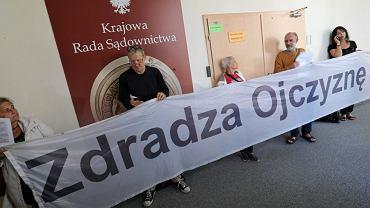 27.08.2018 Warszawa, ul. Rakowiecka . Obywatele RP blokują wejście do sali zajmowanej przez KRS