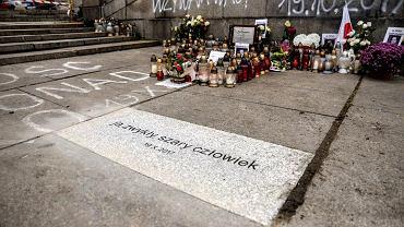 'Ja zwykły szary człowiek' - te słowa z manifestu Piotra Szczęsnego znalazły się na pamiątkowej płycie wmurowanej przez samorząd Warszawy w posadzkę placu przed Pałacem Kultury i Nauki