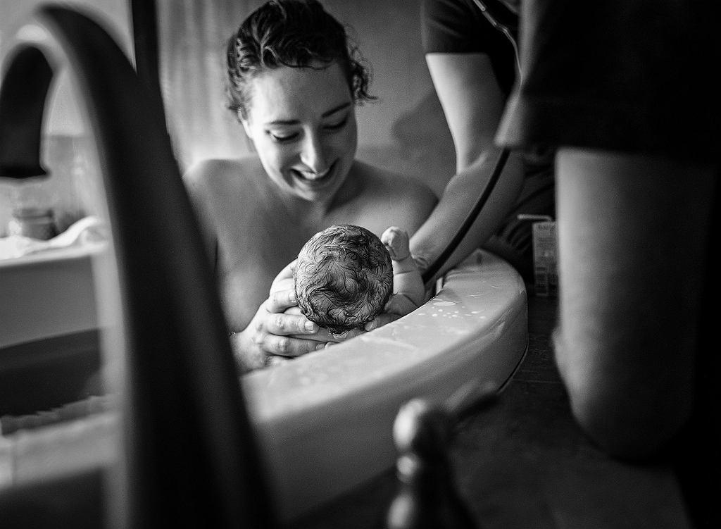 Fotografka pokazuje pierwsze chwile po narodzinach dziecka.