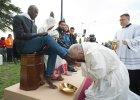 Papież obmył nogi uchodźcom
