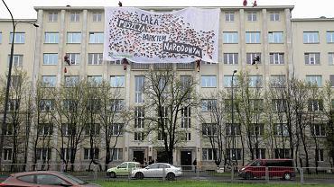 Protest Greenpeace na dachu Ministerstwa Środowiska w Warszawie