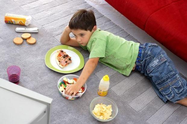 Dziecku nie damy, a sami zjemy. Rodzicu, przykład idzie z góry!