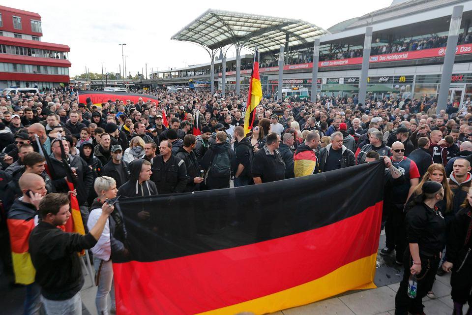 Demonstracja niemieckich kibiców i skrajnej prawicy przeciw islamowi