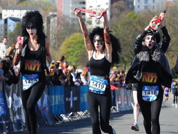 W Szkocji trochę zimniej i mroczniej, ale też się nie nudzą. Roch'n'Roll Marathon w Edynburgu, 2012.