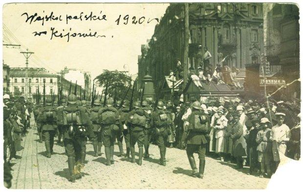 8 maja 1920 r. oddziały polskie wkroczyły do niebronionego przez bolszewików Kijowa i przebywały tam przez miesiąc, utrzymując przyczółki na wschodnim brzegu Dniepru. Piłsudski liczył na to, że bolszewicy będą bronić Kijowa i na przedpolach tego miasta zdoła stoczyć bitwę i zniszczyć ich dwie armie. Tak się nie stało, a zajęcie Kijowa okazało się pozornym triumfem. Marszałek był tym bardzo zaniepokojony, tym bardziej że utrzymanie ogromnego terytorium angażowało niemal połowę polskich sił. Na zdjęciu zrobionym 9 maja 1920 r.: polscy żołnierze w śródmieściu Kijowa.