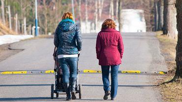 Dwie kobiety podczas spaceru z dzieckiem