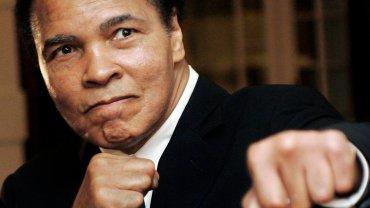 Zmarł Muhammad Ali. Legendarny bokser miał 74 lata. To jedna ze sportowych ikon wszech czasów. Miał bogatą i barwną karierę nie tylko na ringu.<br> Muhammad Ali pozuje fotografom podczas Światowego Forum Ekonomicznego w Davos w 2006 roku.