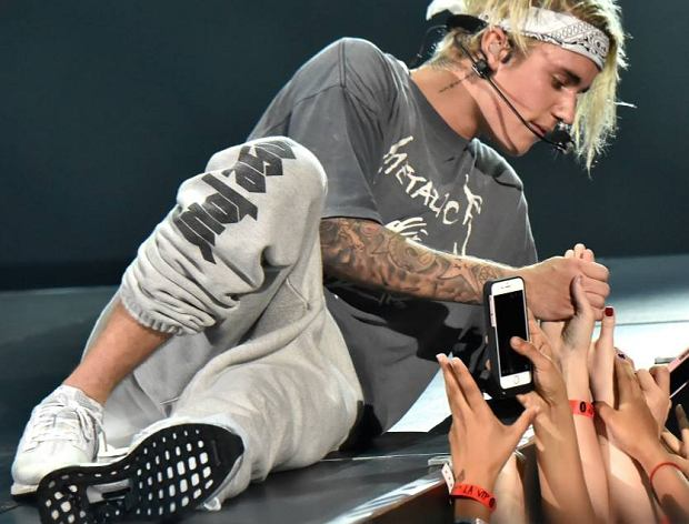 Justin Bieber czeka na nowy utwór napisany dla niego przez Eda Sheerana. Jak to możliwe? Wszystko zaczęło się od felernego incydentu, w którym to Sheeran miał uderzyć Biegera kijem golfowym w głowę. Oczywiście do zdarzenia doszło przypadkiem, jednak młody gwiazdor poczuł się mocno urażony i tym samym, zapowiedział rudowłosemu wokaliście, że czeka na porywający tekst jego nowej piosenki. Tylko w ten niestandardowy sposób Ed może odkupić winę.