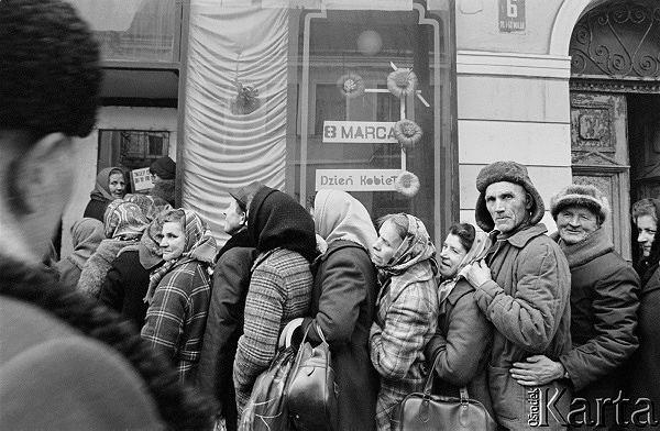 Ok. 8 marca 1982, Warszawa. Kolejka do sklepu przy ulicy 1 Maja 6.