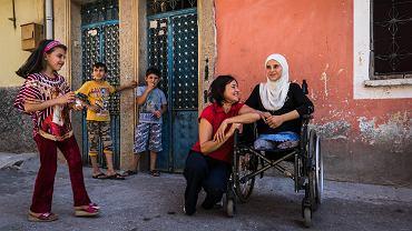 Rodzina. Odwiedziliśmy 12-letnią Hebe i jej syryjską rodzinę w Kilis. Na zdjęciu Małgorzata Olasińska-Chart z Polskiej Misji Medycznej i Hebe przed jej tureckim domem