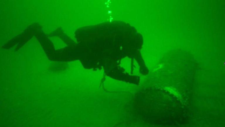 Wydobycie miny z dna portu w Gdyni (zdjęcia z pierwszego dnia akcji)