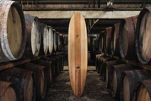 Surfing na desce z beczki po whisky