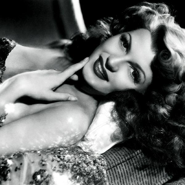 Rita Hayworth na zdjęciu promocyjnym studia Columbia. Wykonał je mistrz hollywoodzkich portretów George Hurrell w 1942 r.