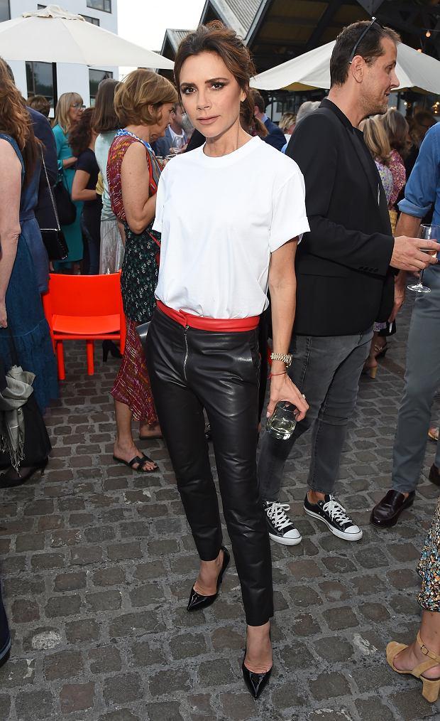 Zdjęcie numer 6 w galerii - David Beckham wybrał najlepszą stylizację Victorii EVER. Koronki? Kusa sukienka? Nic z tych rzeczy