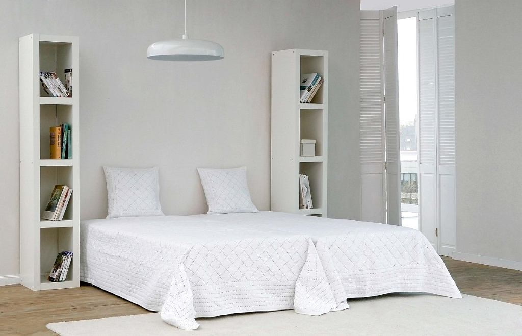 Wygodne łóżko, regały wroli stolików nocnych oraz wszechobecna biel, która sprawiała, że sypialnia była nieprzytulna izupełnie bez charakteru.
