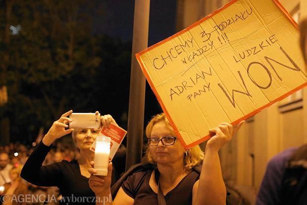 Zdjęcie numer 62 w galerii - Tłumy przed Sądem Okręgowym w Łodzi. Kolejny dzień protestów przeciwko zmianom PiS w sądownictwie [ZDJĘCIA]