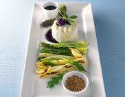Sa�atka z grillowanych szparag�w i siemienia z kozikiem i sosem porzeczkowym