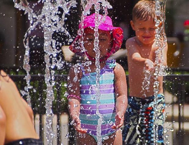 """Blogerka ostrzega przed kąpielami w fontannach: """"Skutecznie ochłodziłyśmy dziecko gronkowcem"""""""