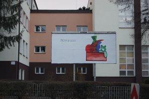 """Szkoła ocenzurowała billboard. Zniknął """"volksdeutsch"""" [ZDJĘCIA]"""