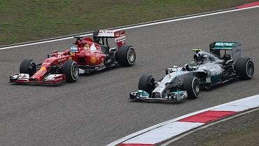 Fernando Alonso wyprzedza Nico Rosberga