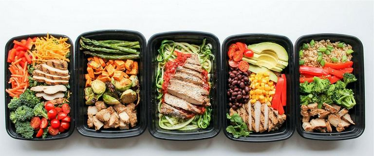 Jedz duże porcje, ale mniej kalorii i chudnij. Jak chudnąć i się najadać?