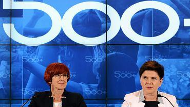 Minister rodziny Elżbieta Rafalska i premier rządu PiS Beata Szydło podczas konferencji prasowej po kilku miesiącach działania programu 500+ . Warszawa, KPRM, 1 lipca 2016