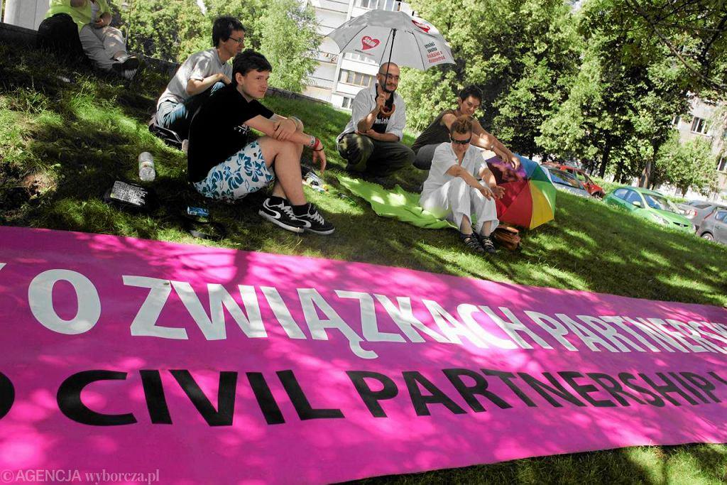 Aktywiści z akcji 'Miłość nie wyklucza' podczas pikiety przed Sejmem 10 lipca 2012 r.