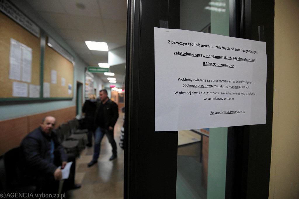 Kielce, 23 listopada 2017. Wydział komunikacji w urzędzie miasta, informacja o problemach z rejestracją samochodów