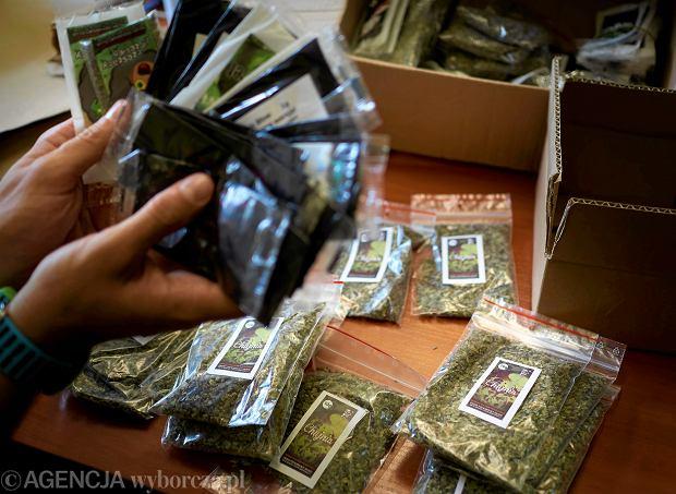 Dopalacze i narkotyki pakowane przez policjantów przed wysłaniem do analizy