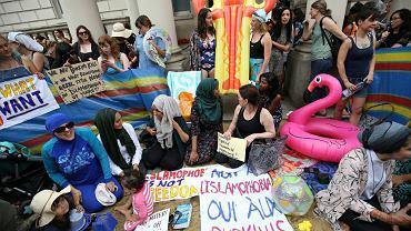 Protest przed francuską ambasadą w Londynie przeciwko zakazowi noszenia burkini na francuskich plażach, 25 sierpnia 2016