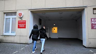 Wejście do Izby Przyjęć Ginekologiczno-Położniczej Szpitala Bielańskiego - tu zawsze ktoś się kręci