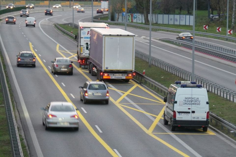 Inspekcja Transportu Drogowego kontroluje tiry na Trasie AK