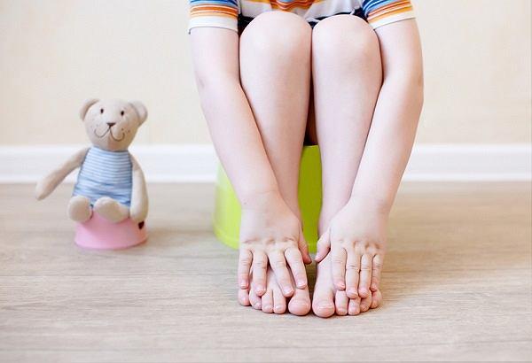 Częste oddawanie moczu u dziecka - jego pęcherz jest mniejszy niż dorosłego, w związku z czym musi być częściej opróżniany